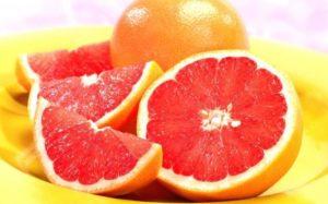 Грейпфрут на тарелке