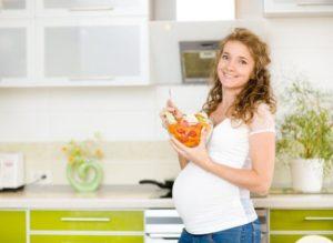 Беременная с курагой в тарелке