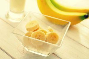 Нарезанные кусочки банана в тарелке
