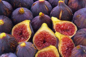 Целые и разрезанные плоды инжира
