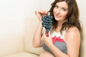 Беременная с черным виноградом