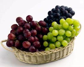 Гроздья винограда в корзинке