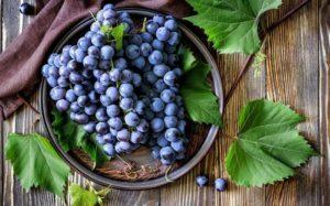 Черный виноград в тарелке