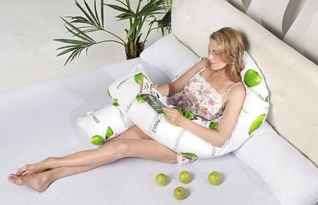 Как спать на подушке для беременных: особенности и выбор правильной позы